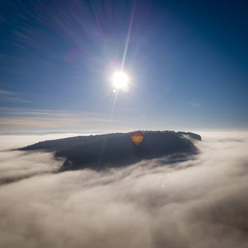 Μπαλόνι ζεστού αέρα που πετά πέρα από την ομίχλη κοντά στο πύργο Beynac, Dordogne, Γαλλία στοκ φωτογραφία με δικαίωμα ελεύθερης χρήσης