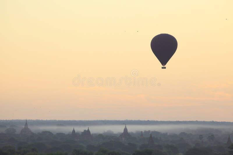 Μπαλόνι ζεστού αέρα που πετά πέρα από τη θάλασσα των παγοδών κατά τη διάρκεια της ανατολής σε Bagan, το Μιανμάρ στοκ εικόνα