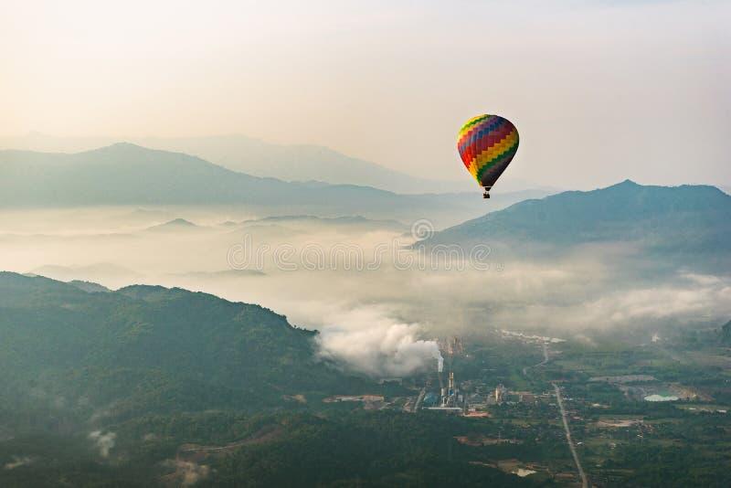 Μπαλόνι ζεστού αέρα που πετά σε Vang Vieng, Λάος στοκ φωτογραφία με δικαίωμα ελεύθερης χρήσης