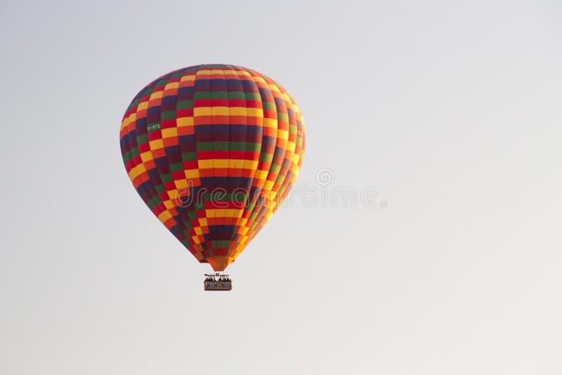 Μπαλόνι ζεστού αέρα που πετά τον ουρανό της Τουρκίας στοκ εικόνα