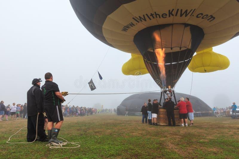 Μπαλόνι ζεστού αέρα στο έδαφος, με την πυρκαγιά που προέρχεται από τον καυστήρα του στοκ φωτογραφία με δικαίωμα ελεύθερης χρήσης