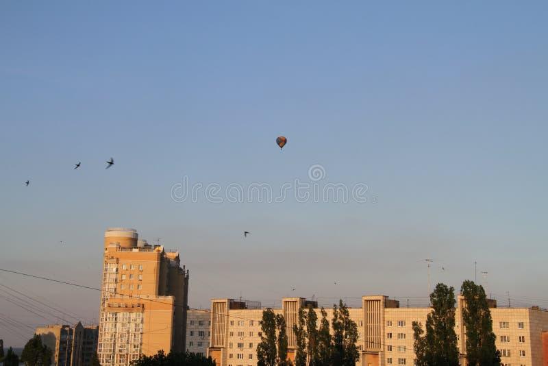 Μπαλόνι στον ουρανό πέρα από την πόλη στοκ εικόνα