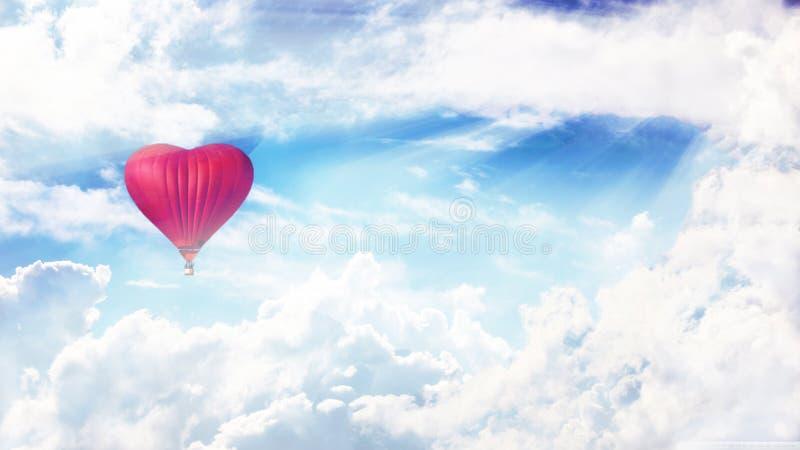 Μπαλόνι στον ουρανό Μπαλόνι Heartlike Αγάπη και ειρήνη στοκ φωτογραφία