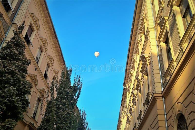 Μπαλόνι ` s που πετά πέρα από την πόλη στοκ εικόνα