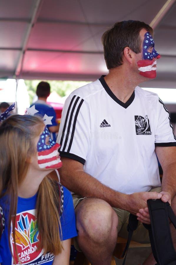 Μπαμπάς και μια κόρη που υποστηρίζει την ομάδα ποδοσφαίρου αμερικανικών γυναικών στοκ φωτογραφίες με δικαίωμα ελεύθερης χρήσης