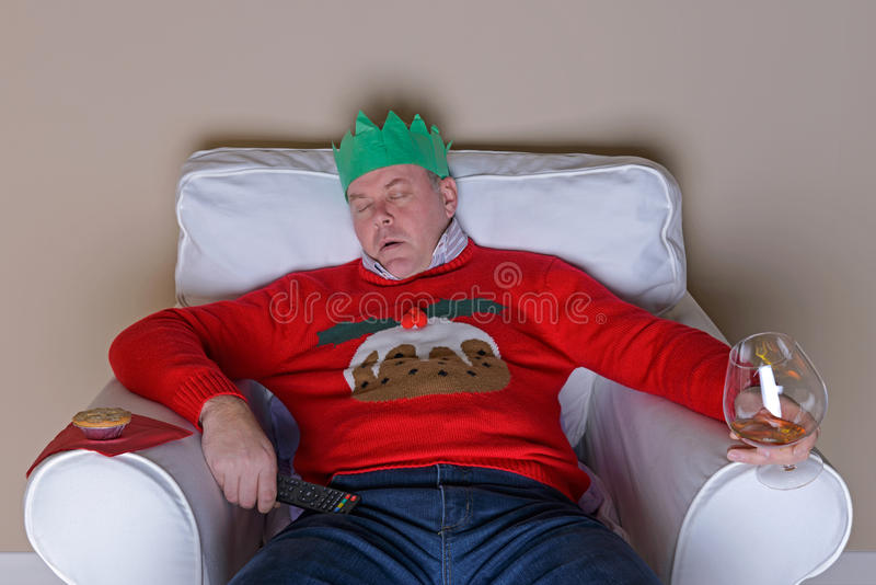 Μπαμπάς κοιμισμένος σε μια καρέκλα στη ημέρα των Χριστουγέννων στοκ φωτογραφία
