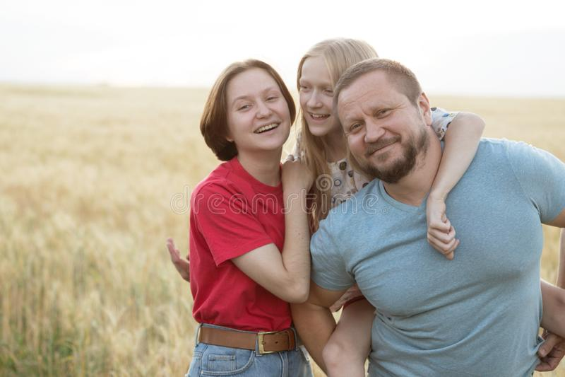 Μπαμπάς με την κόρη υπαίθρια στοκ εικόνες
