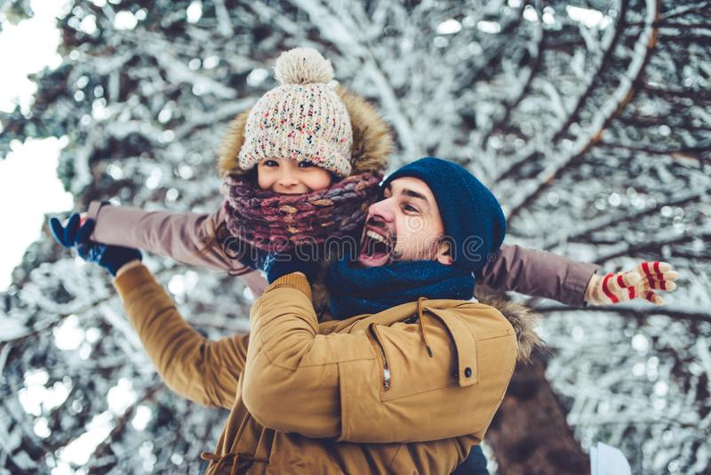 Μπαμπάς με την κόρη υπαίθρια το χειμώνα στοκ εικόνες με δικαίωμα ελεύθερης χρήσης
