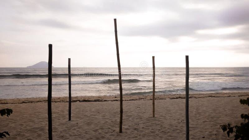 Μπαμπού που υποστηρίζουν τον ουρανό στη βραζιλιάνα παραλία στοκ εικόνες