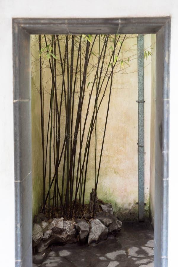 Μπαμπού στο μουσείο Suzhou, πέτρινη πόρτα στοκ εικόνα με δικαίωμα ελεύθερης χρήσης
