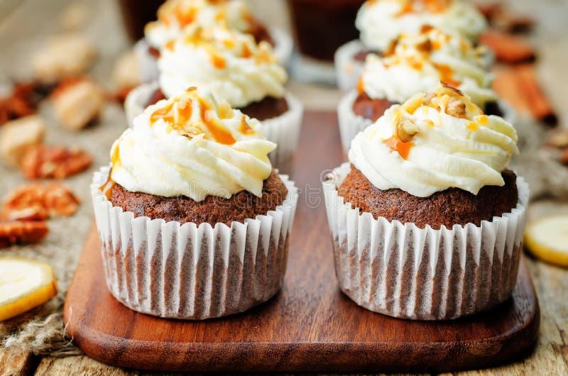 Μπανάνα ξύλων καρυδιάς καρυκευμάτων πιτών κολοκύθας cupcakes με την αλατισμένη καραμέλα α στοκ εικόνες με δικαίωμα ελεύθερης χρήσης