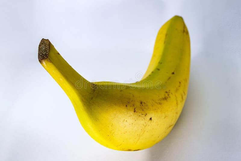 Μπανάνα στο θερμό κίτρινο χρώμα σε ένα δροσερό ελαφρύ κλίμα στοκ εικόνες με δικαίωμα ελεύθερης χρήσης