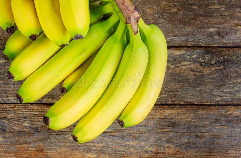 μπανάνες σε μια ξύλινη τοπ άποψη επιτραπέζιων τροπική φρούτων στοκ φωτογραφία με δικαίωμα ελεύθερης χρήσης