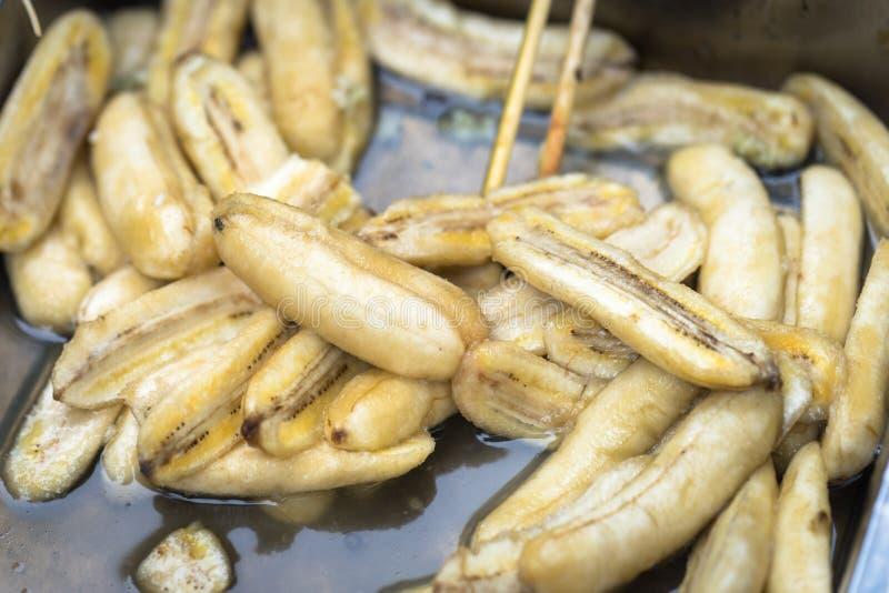 Μπανάνες Pealed για την κατασκευή του κέικ στοκ φωτογραφία με δικαίωμα ελεύθερης χρήσης
