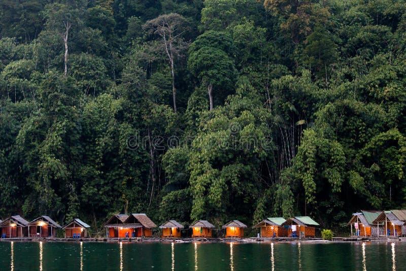 Μπανγκαλόου στην τροπική λίμνη στοκ φωτογραφίες με δικαίωμα ελεύθερης χρήσης