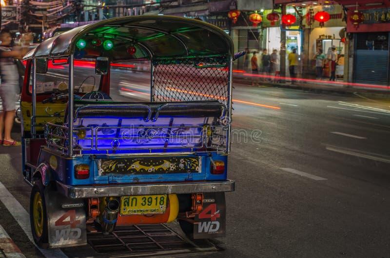 ΜΠΑΝΓΚΟΚ - 10 ΔΕΚΕΜΒΡΊΟΥ: Tuk - tuk στην οδό Chinatown τη νύχτα στοκ εικόνες με δικαίωμα ελεύθερης χρήσης