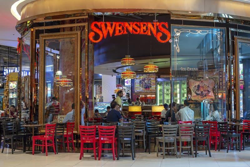 ΜΠΑΝΓΚΟΚ, ΤΑΪΛΑΝΔΗ - άνθρωποι στο εστιατόριο Swensen στη λεωφόρο του Σιάμ Paragon, Μπανγκόκ, Ταϊλάνδη στοκ εικόνες