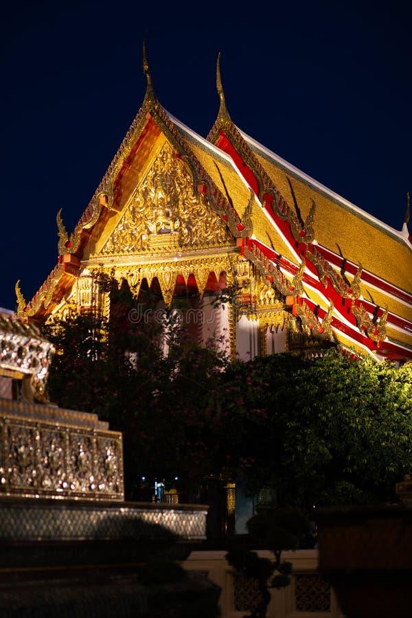 ΜΠΑΝΓΚΟΚ, ΤΑΪΛΑΝΔΗ - 6 ΑΠΡΙΛΊΟΥ 2018: Ναός buddist Pho Wat - που διακοσμείται στα χρυσά και φωτεινά χρώματα όπου τα buddists πηγα στοκ φωτογραφία με δικαίωμα ελεύθερης χρήσης