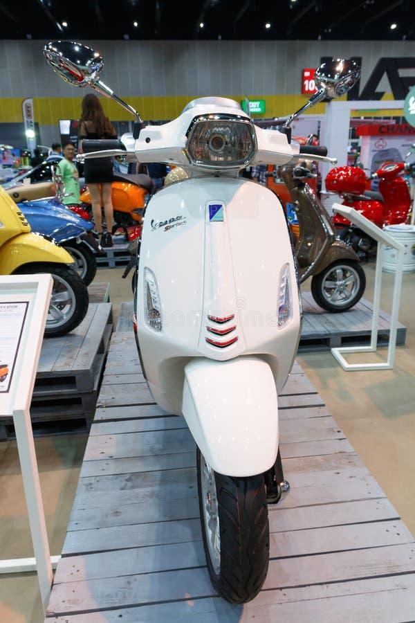 ΜΠΑΝΓΚΟΚ ΤΑΪΛΑΝΔΗ - 23 ΑΥΓΟΎΣΤΟΥ 2014: Η ορμή Piaggio Vespa παρουσιάζει μοτοσικλέτα στη μεγάλη πώληση μηχανών, Bitec Bangna, Μπαν στοκ φωτογραφία με δικαίωμα ελεύθερης χρήσης