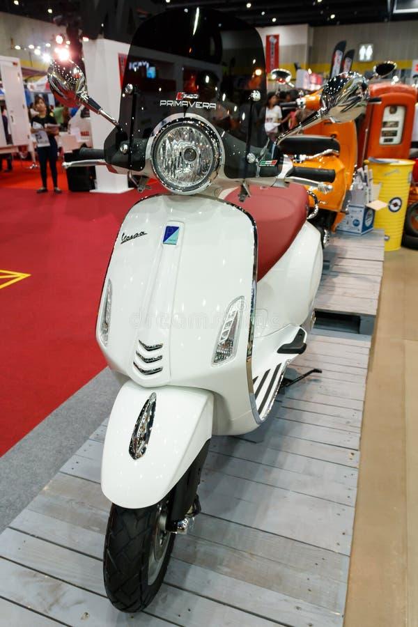 ΜΠΑΝΓΚΟΚ ΤΑΪΛΑΝΔΗ - 23 ΑΥΓΟΎΣΤΟΥ 2014: Το Vespa Piaggio παρουσιάζει μοτοσικλέτα στη μεγάλη πώληση μηχανών, Bitec Bangna, Μπανγκόκ στοκ φωτογραφία με δικαίωμα ελεύθερης χρήσης