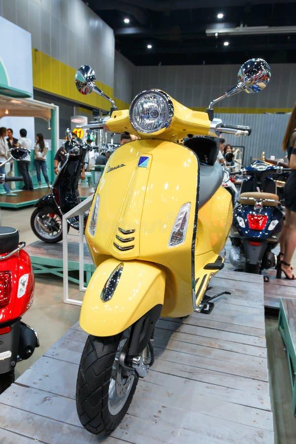 ΜΠΑΝΓΚΟΚ ΤΑΪΛΑΝΔΗ - 23 ΑΥΓΟΎΣΤΟΥ 2014: Το Vespa Piaggio παρουσιάζει μοτοσικλέτα στη μεγάλη πώληση μηχανών, Bitec Bangna, Μπανγκόκ στοκ φωτογραφίες με δικαίωμα ελεύθερης χρήσης