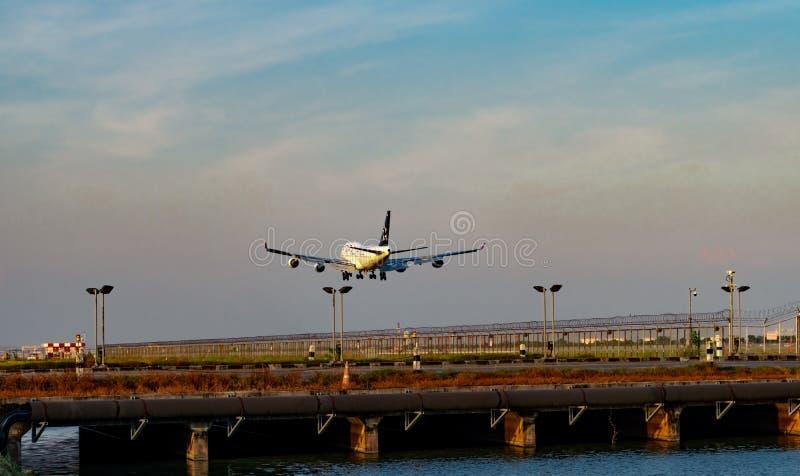 ΜΠΑΝΓΚΟΚ, ΤΑΪΛΑΝΔΗ 3 ΔΕΚΕΜΒΡΊΟΥ 2018: Αερογραμμές συμμαχίας αστεριών Ο επιβάτης αεροπλάνου προσγειώνεται στον αερολιμένα Suvarnab στοκ εικόνα με δικαίωμα ελεύθερης χρήσης