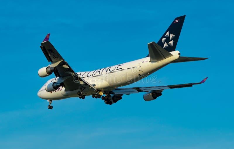 ΜΠΑΝΓΚΟΚ, ΤΑΪΛΑΝΔΗ 3 ΔΕΚΕΜΒΡΊΟΥ 2018: Αερογραμμές συμμαχίας αστεριών Ο επιβάτης αεροπλάνου προσγειώνεται στον αερολιμένα Suvarnab στοκ εικόνες με δικαίωμα ελεύθερης χρήσης