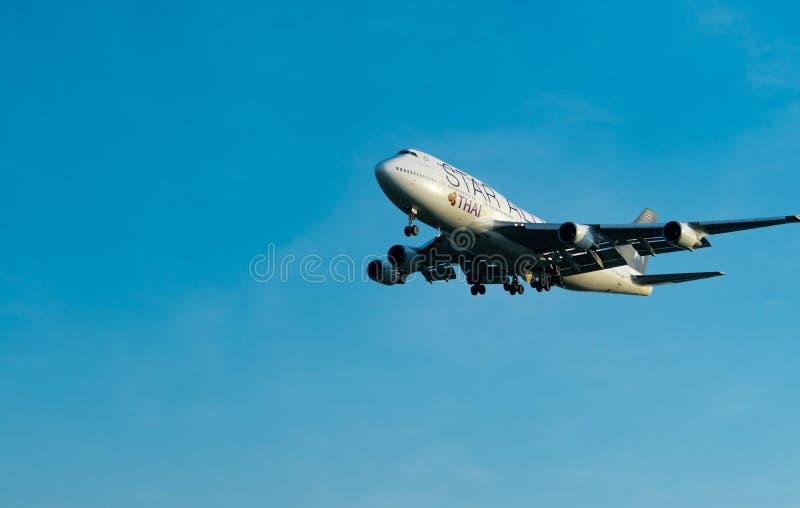 ΜΠΑΝΓΚΟΚ, ΤΑΪΛΑΝΔΗ 3 ΔΕΚΕΜΒΡΊΟΥ 2018: Αερογραμμές συμμαχίας αστεριών Ο επιβάτης αεροπλάνου προσγειώνεται στον αερολιμένα Suvarnab στοκ φωτογραφία