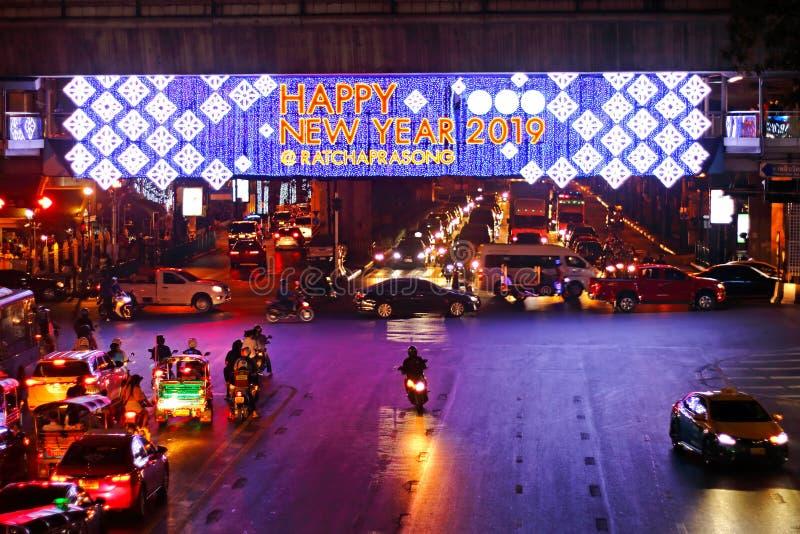 ΜΠΑΝΓΚΟΚ, ΤΑΪΛΑΝΔΗ - 21 Δεκεμβρίου 2018: Τα φω'τα περιπάτων ουρανού παρουσιάζουν στη διατομή Ratchaprasong, υποδοχή σε καλή χρονι στοκ εικόνα