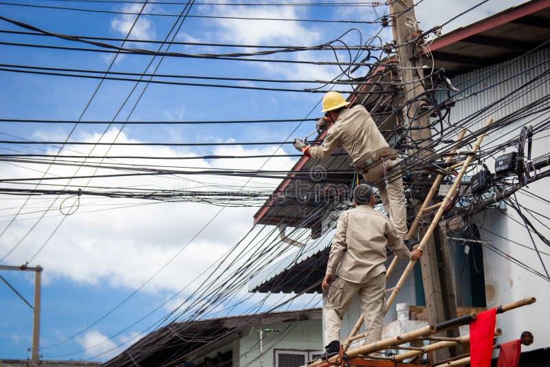 ΜΠΑΝΓΚΟΚ, ΤΑΪΛΑΝΔΗ - 3 ΙΟΥΛΊΟΥ: Το Rama 2 δρόμος στις 3 Ιουλίου 2018 στη Μπανγκόκ, ηλεκτρολόγος ή προσωπικό πραγματοποιεί τις εργ στοκ φωτογραφία με δικαίωμα ελεύθερης χρήσης