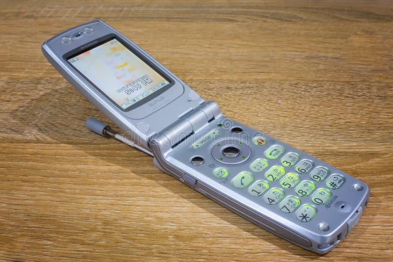 ΜΠΑΝΓΚΟΚ, ΤΑΪΛΑΝΔΗ - 5 ΜΑΐΟΥ 2019: Κλασικό τηλέφωνο WX300K κυττάρων κτυπήματος κινητό από Kyocera που τροφοδοτείται επάνω σε ένα  στοκ φωτογραφία με δικαίωμα ελεύθερης χρήσης
