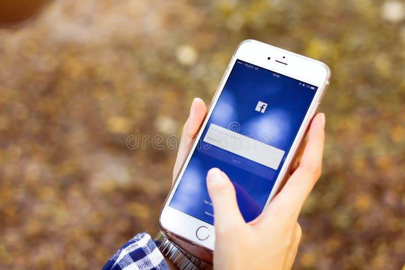ΜΠΑΝΓΚΟΚ, ΤΑΪΛΑΝΔΗ - 5 Μαρτίου 2017: Εικονίδια Facebook οθόνης σύνδεσης στο iPhone της Apple μεγαλύτερη και δημοφιλέστερη κοινωνι στοκ εικόνες