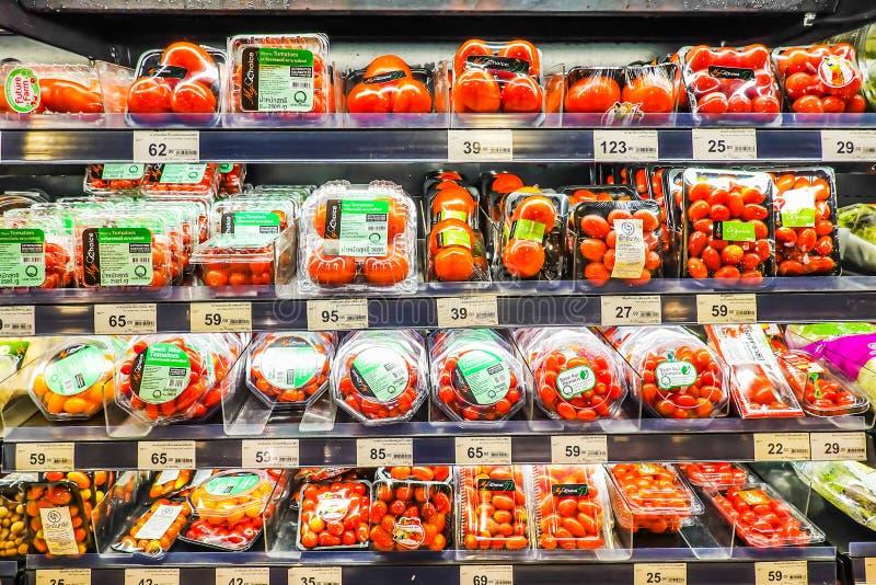 ΜΠΑΝΓΚΟΚ, ΤΑΪΛΑΝΔΗ - 21 ΣΕΠΤΕΜΒΡΊΟΥ 2018: Πώληση φρέσκων λαχανικών και φρούτων στο ράφι στην υπεραγορά στοκ φωτογραφίες