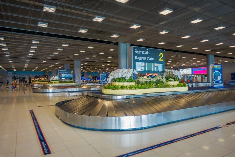 ΜΠΑΝΓΚΟΚ, ΤΑΪΛΑΝΔΗ - 8 ΦΕΒΡΟΥΑΡΊΟΥ 2018: Εσωτερική άποψη της περιοχής αξίωσης αποσκευών στον αερολιμένα Suvanaphumi, Μπανγκόκ, Su στοκ φωτογραφίες
