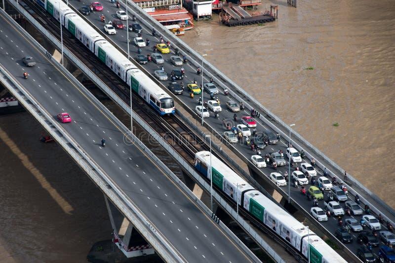 ΜΠΑΝΓΚΟΚ, ΤΗΝ 1Η ΙΟΥΝΊΟΥ 2017: Κυκλοφορία κατά τη διάρκεια της ώρας κυκλοφοριακής αιχμής στο BR Taksin στοκ εικόνες