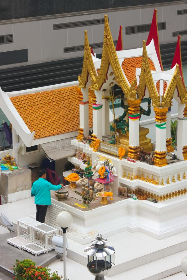 Μπανγκόκ, Ταϊλάνδη - 31 Απριλίου 2014 Άτομο που κάνει μια προσφορά στη λάρνακα Amarindradhiraja στην πόλη της Μπανγκόκ στοκ εικόνες