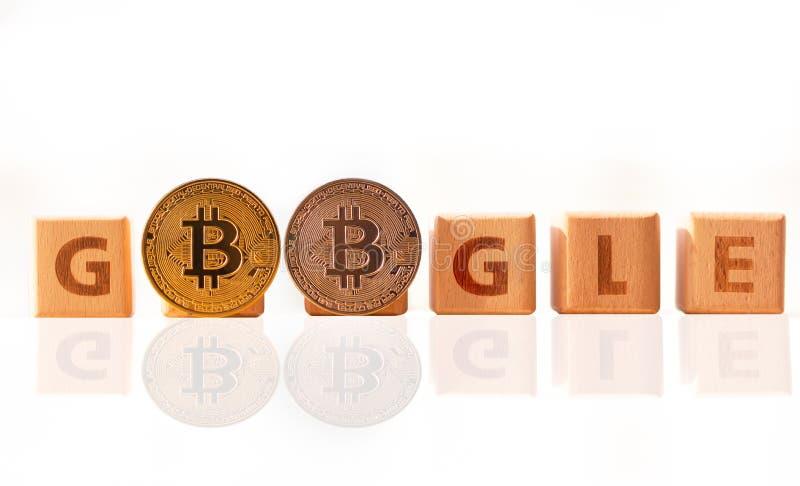 Μπανγκόκ, Ταϊλάνδη - 22 Απριλίου 2019: Ξύλινη λέξη Google και δύο Cryptocurrency bitcoin στο άσπρο υπόβαθρο Google και bitcoin στοκ εικόνα