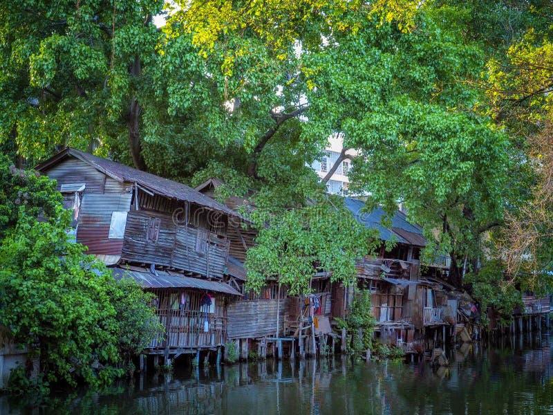 Μπανγκόκ, Ταϊλάνδη, 4 Απριλίου 2019: Παλιά ξύλινα σπίτια στην κοινότητα του ποταμού στοκ εικόνα με δικαίωμα ελεύθερης χρήσης