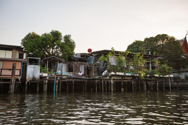 Μπανγκόκ, Ταϊλάνδη - 15 Απριλίου 2017: σπίτια καναλιών στον ποταμό Chao Phraya στη Μπανγκόκ στοκ εικόνες