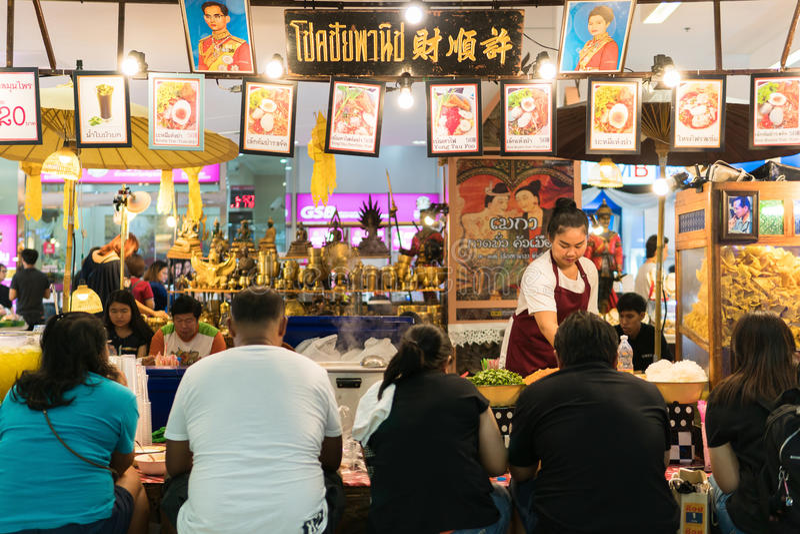 Μπανγκόκ, Ταϊλάνδη - 5 Αυγούστου 2017: Πολλοί άνθρωποι που κάθονται στον κύκλο που τρώει τα νουντλς στο εστιατόριο νουντλς στοκ φωτογραφίες