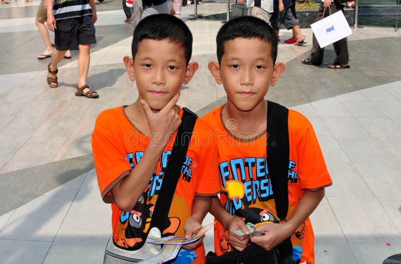 Μπανγκόκ, Ταϊλάνδη: Δίδυμα αγόρια στο Σιάμ Paragon στοκ εικόνα με δικαίωμα ελεύθερης χρήσης