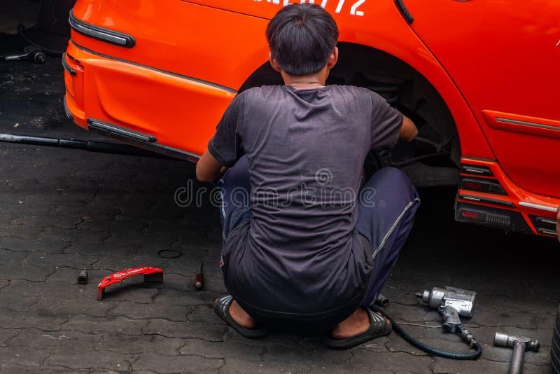 Μπανγκόκ, Ταϊλάνδη - 29 Ιουνίου 2019: μηχανικοί ατόμων που επισκευάζουν ένα αυτοκίνητο ταξί στοκ φωτογραφία με δικαίωμα ελεύθερης χρήσης