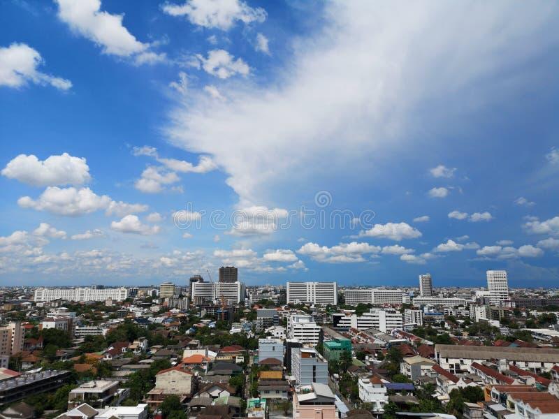 Μπανγκόκ, Ταϊλάνδη-Μάιος 29,2019 φωτεινές άσπρες κηλίδες ουρανού που γεμίζουν με το μπλε σφιχτό σπίτι και οικοδόμηση στοκ φωτογραφίες