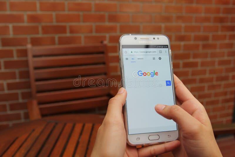Μπανγκόκ, Ταϊλάνδη: Jane 13, 2018, χέρι γυναικών χρησιμοποιώντας το γαλαξία J7 της Samsung συν με την αρχική σελίδα αναζήτησης Go στοκ εικόνες με δικαίωμα ελεύθερης χρήσης
