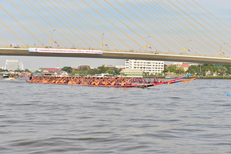 Μπανγκόκ, Ταϊλάνδη στις 20 Δεκεμβρίου 2015: Δύο ομάδες βαρκών στην πλήρη ταχύτητα στοκ εικόνα