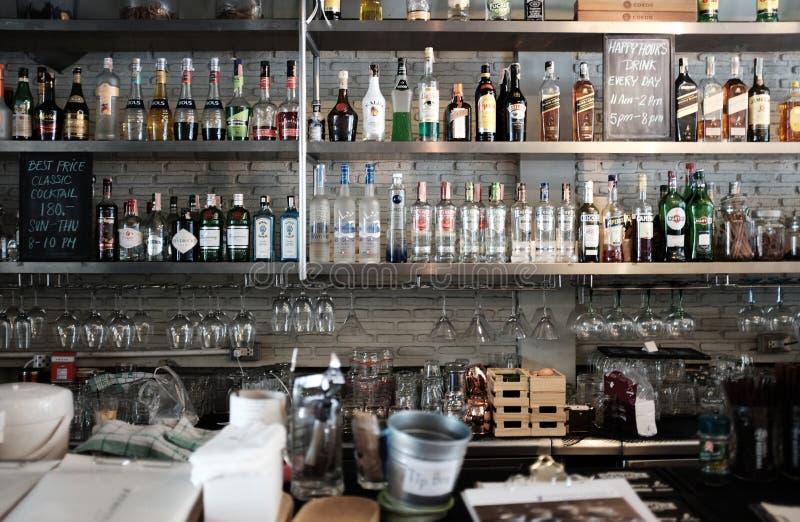 Μπανγκόκ - SEP 2, 2018: Μπουκάλια του οινοπνεύματος και των πνευμάτων σε έναν φραγμό εστιατορίων στοκ φωτογραφίες με δικαίωμα ελεύθερης χρήσης