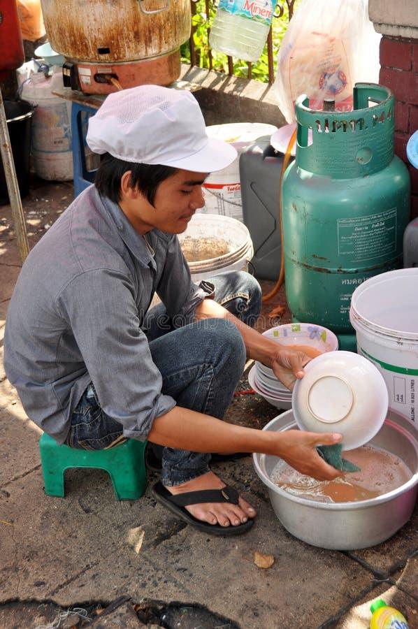 Μπανγκόκ, Thaland: Πιάτα πλύσης ατόμων στο πεζοδρόμιο στοκ εικόνες με δικαίωμα ελεύθερης χρήσης