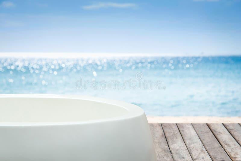 Μπανιέρα με την άποψη στη θάλασσα στοκ εικόνα