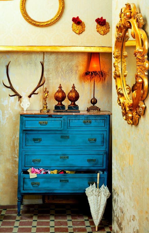 Μπαρόκ εκλεκτής ποιότητας σπίτι grunge με το μπλε συρτάρι στοκ εικόνα με δικαίωμα ελεύθερης χρήσης