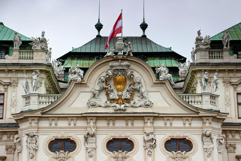 Μπαρόκ λεπτομέρεια προσόψεων με το παλάτι Βιέννη πανοραμικών πυργίσκων σημαιών της Αυστρίας στοκ φωτογραφίες